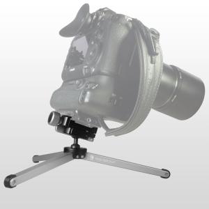 bei extrem nach vorn geneigter Kamera mit frontlastiger Optik ist es sinnvoll, auch ein Stativbein direkt nach vorn zu positionieren, um Kippgefahr zu vermeiden