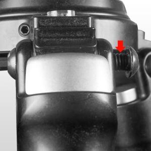 ...bis die Schraube ca. 5 mm Gewinde freigibt (die andere Seite der Verschraubung ist eine Gewindehülse, diese sollte im Gelenk verbleiben)